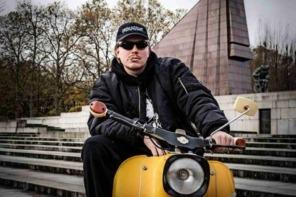 Finch Asozial gibt Autokonzert in Berlin